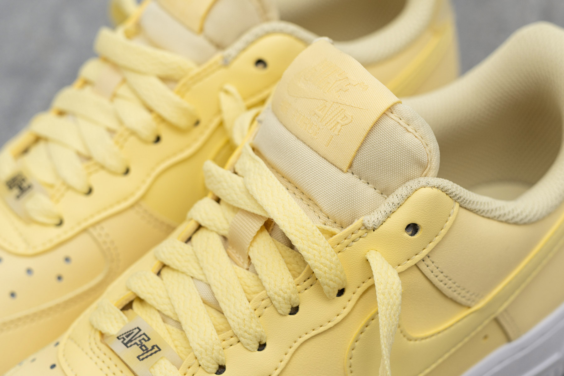 asignación Suburbio Respectivamente  W Nike Air Force 1´07 Ess - Bicycle Yellow/Dark Sulphur/White | SKILLS -  Sneaker.no - Sneaker.no
